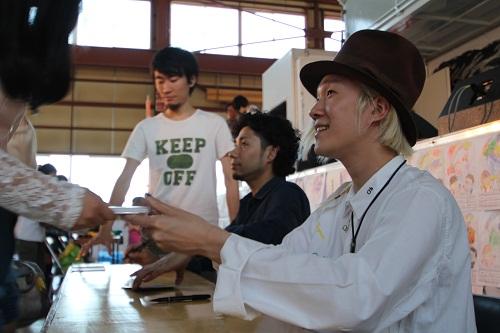 08吉田山田 CD手売り.JPG